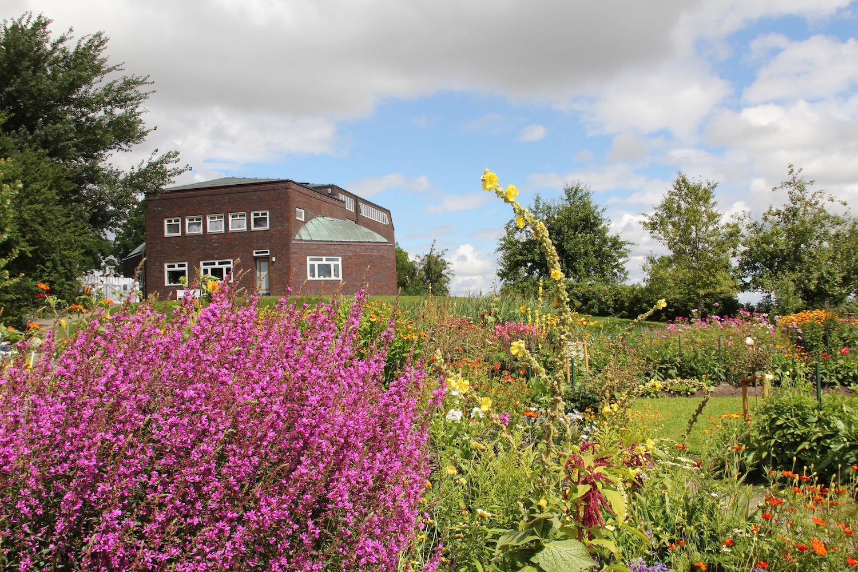 Das Nolde-Haus mit Blumengarten