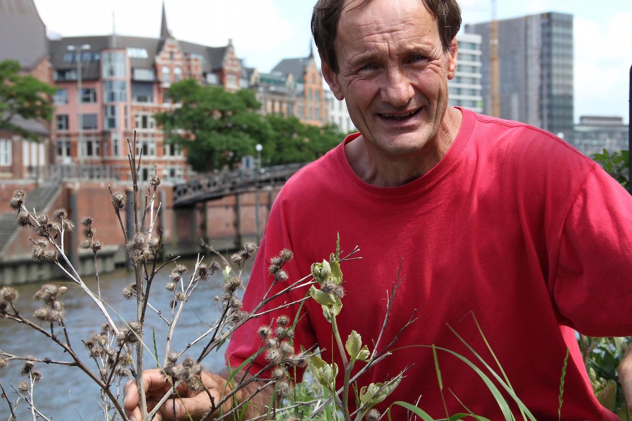 Jürgen Feder mit einer Klette