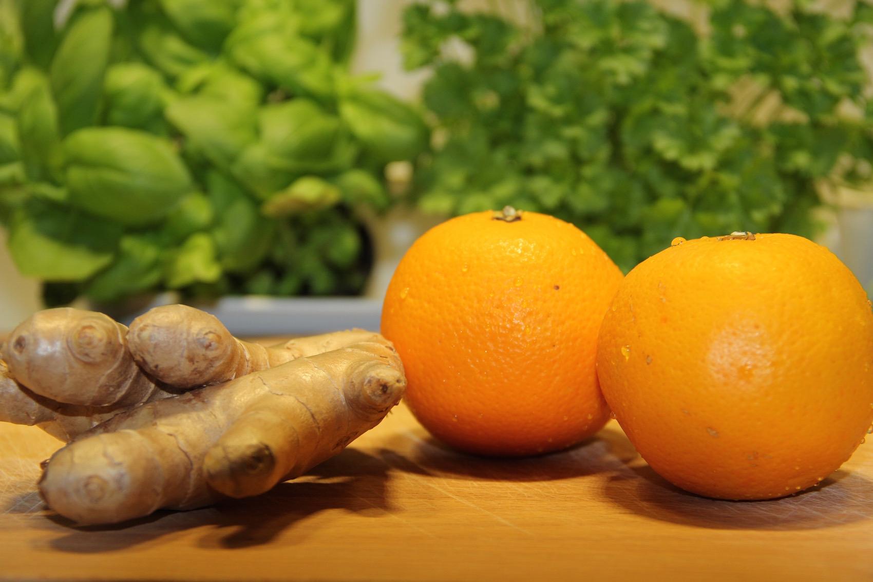 Ingwer und Orangen auf einem Holzbrett