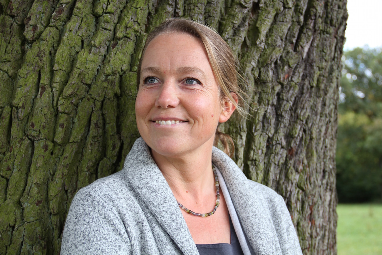 Daniela Wolff an einen Baum gelehnt