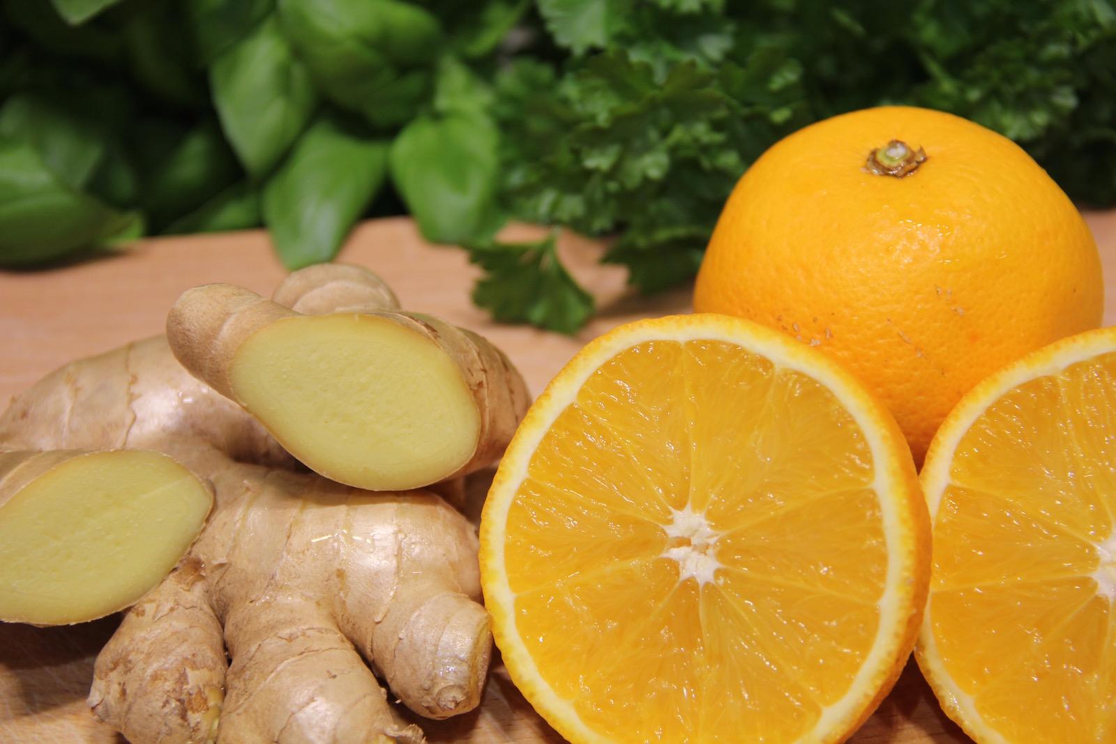 Orangen und Ingwer angeschnitten