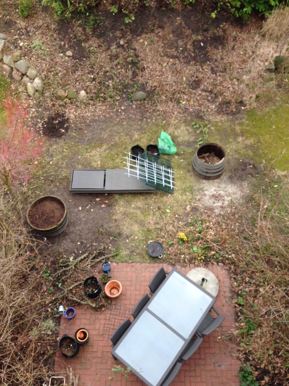 Der Garten von oben: Terrasse, Rasenfläche und Hang