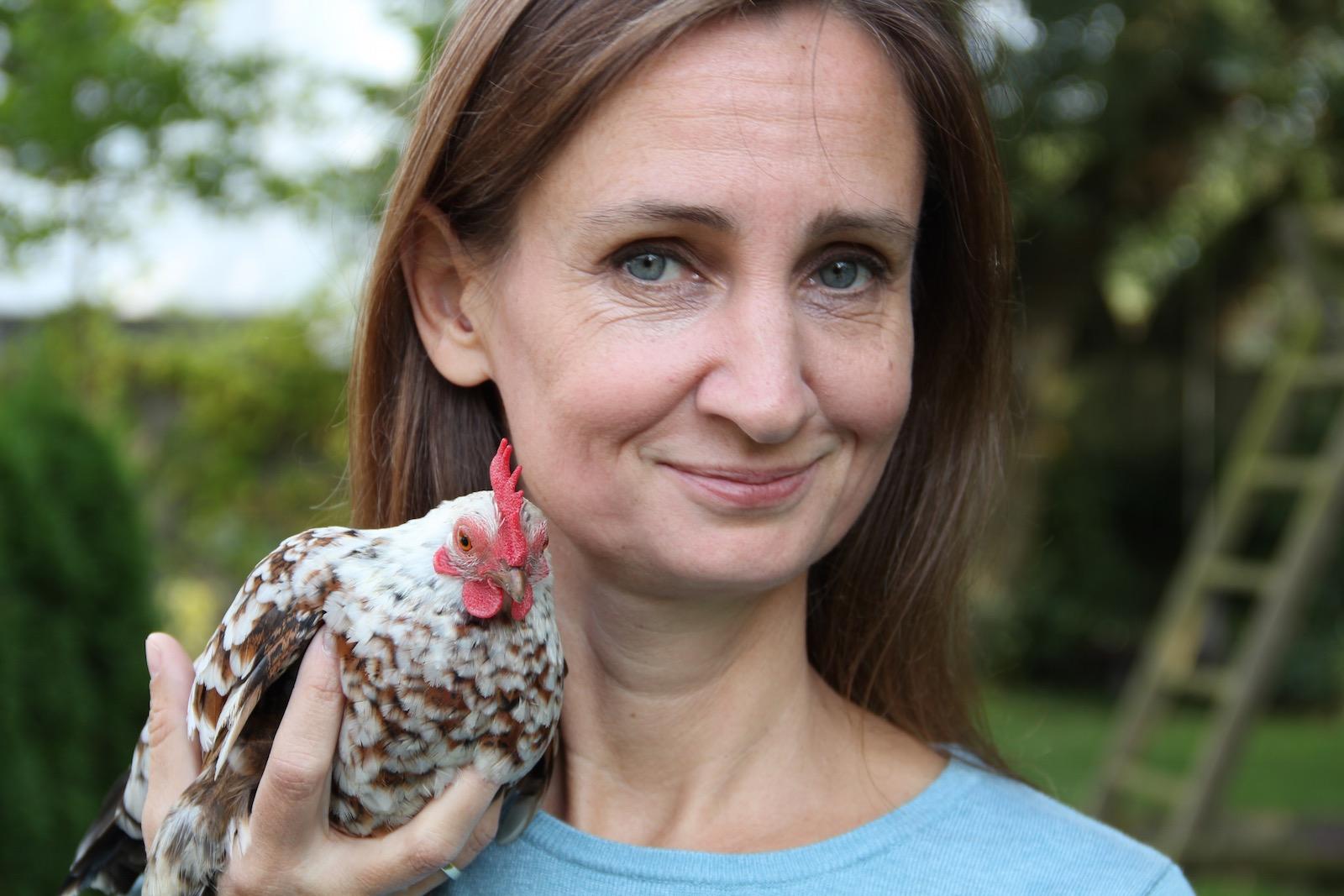 Frau mit Huhn