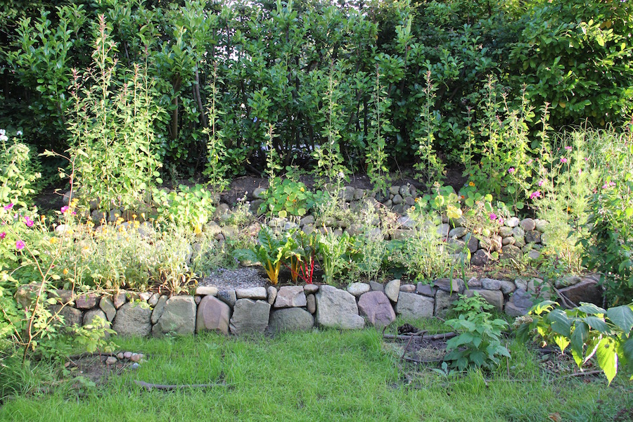 Blumen und Gemüse auf dem terrassierten Hang