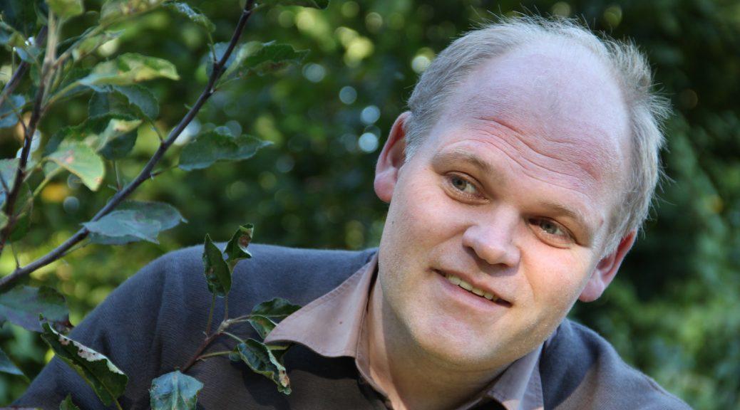 Edouard van Diem am Apfelbaum
