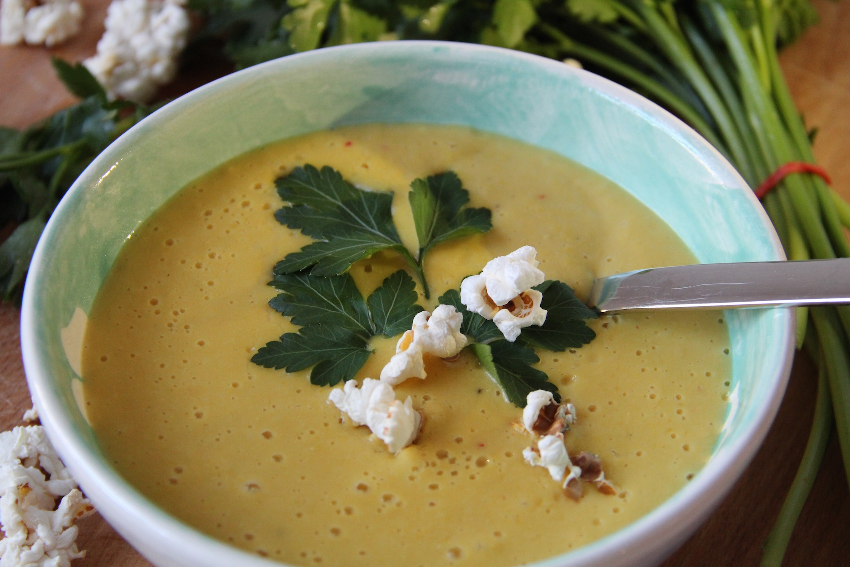 Scharfe, cremige Maissuppe mit Popcorn-Topping