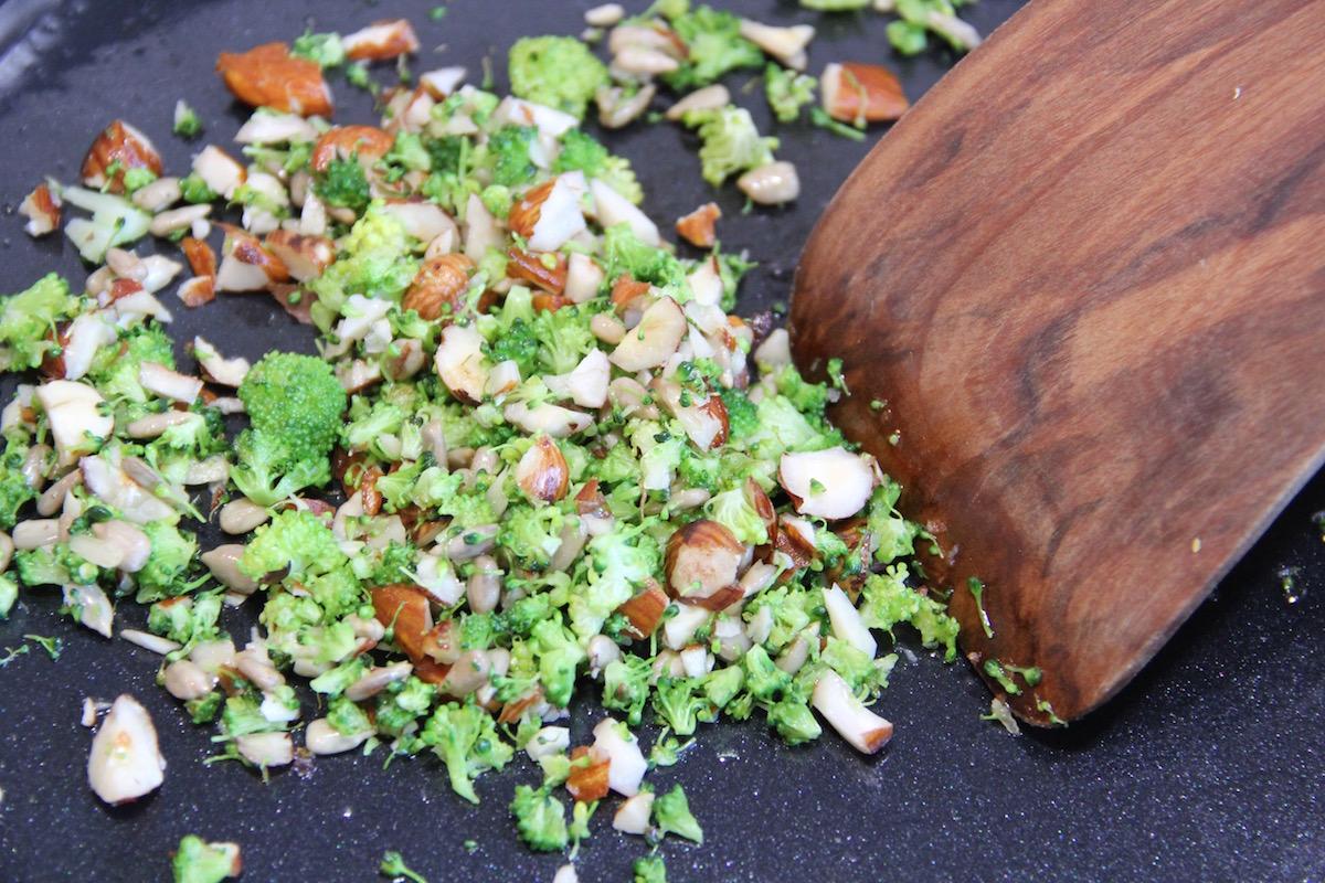 Brokkoliröschen mit Nüssen in der Pfanne