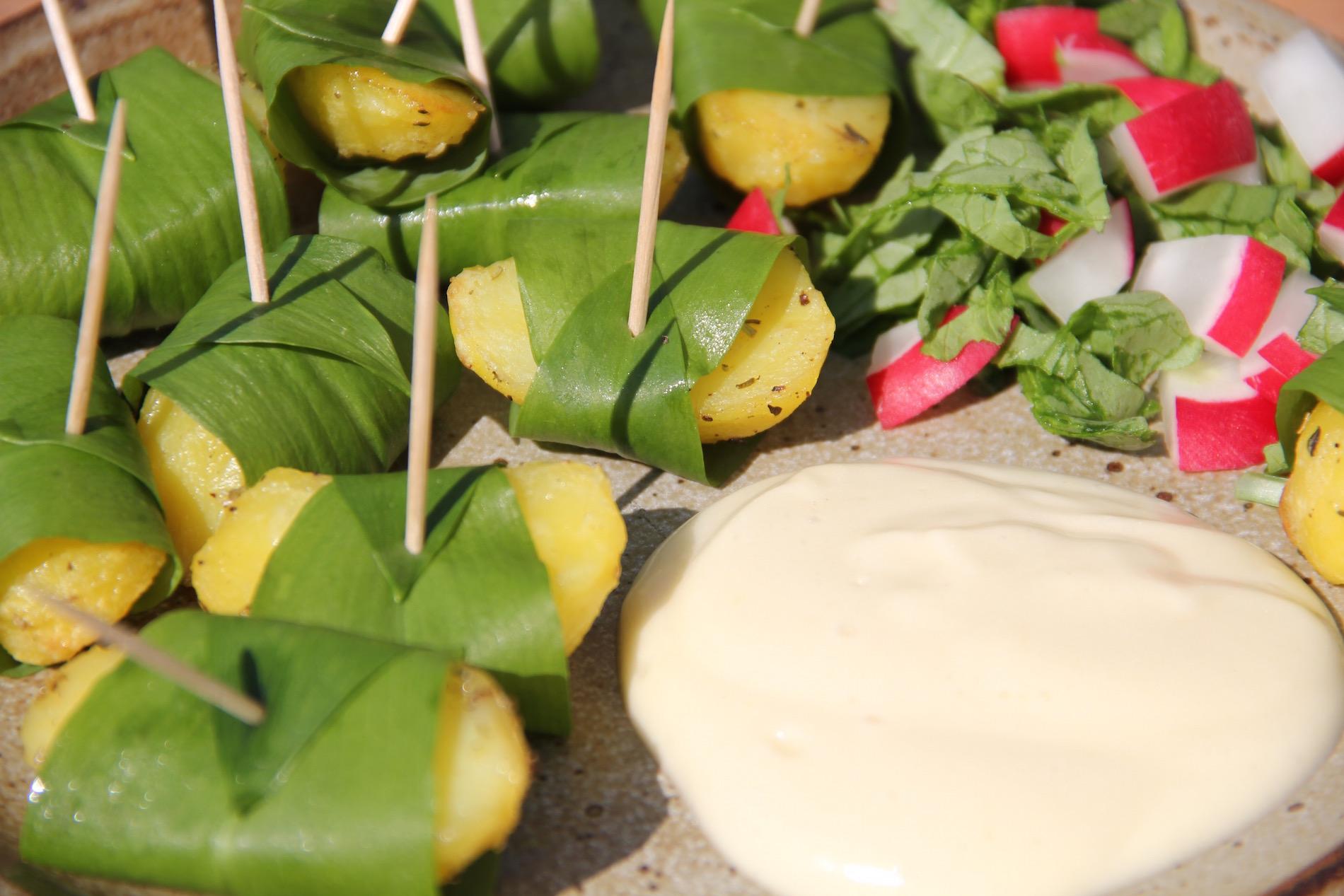 Bärlauchkartoffeln mit veganer Mayonnaise und Radieschensalat