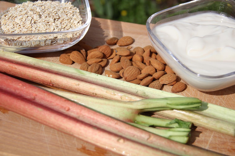 Rhabarber, Mandeln, Haferflocken und Mandeljoghurt