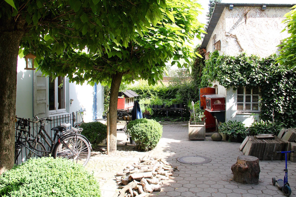gepflasterter Hof mit Haus und Stall