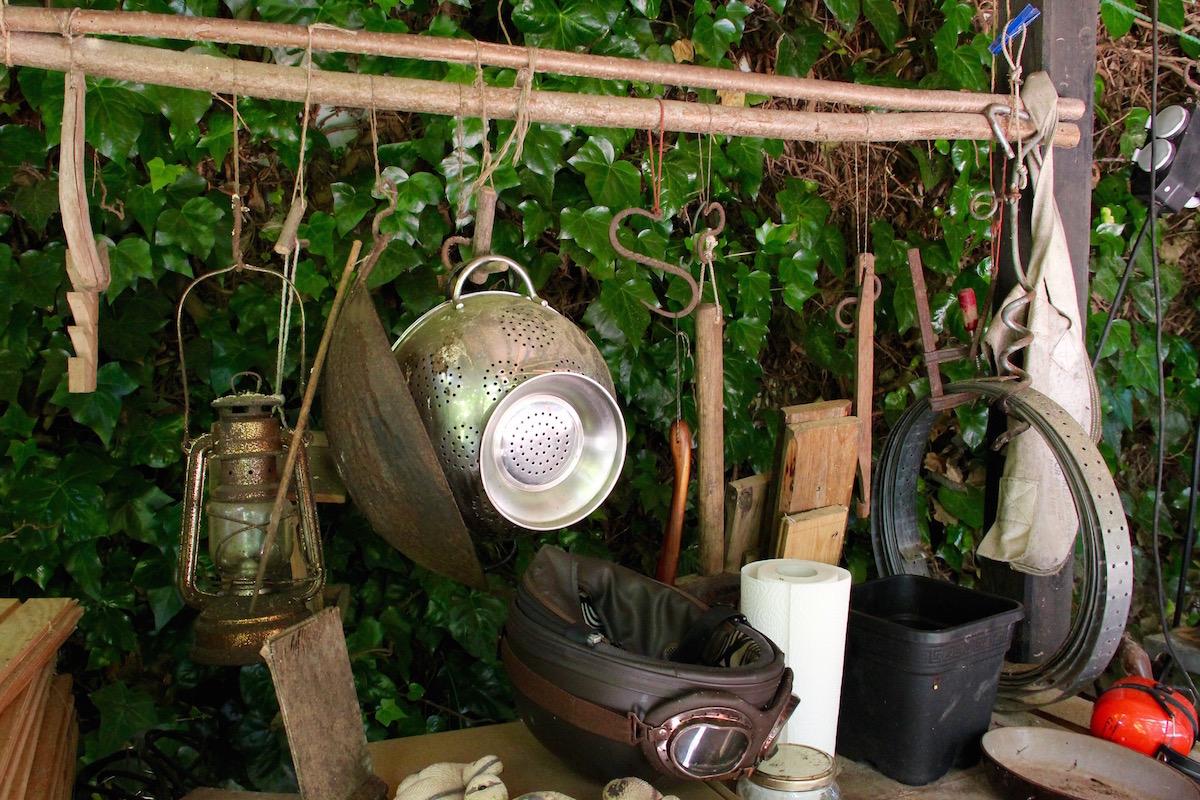 Alter Helm mit Schutzbrille, Nudelsieb, Gaslampe und viele andere Gegenstände