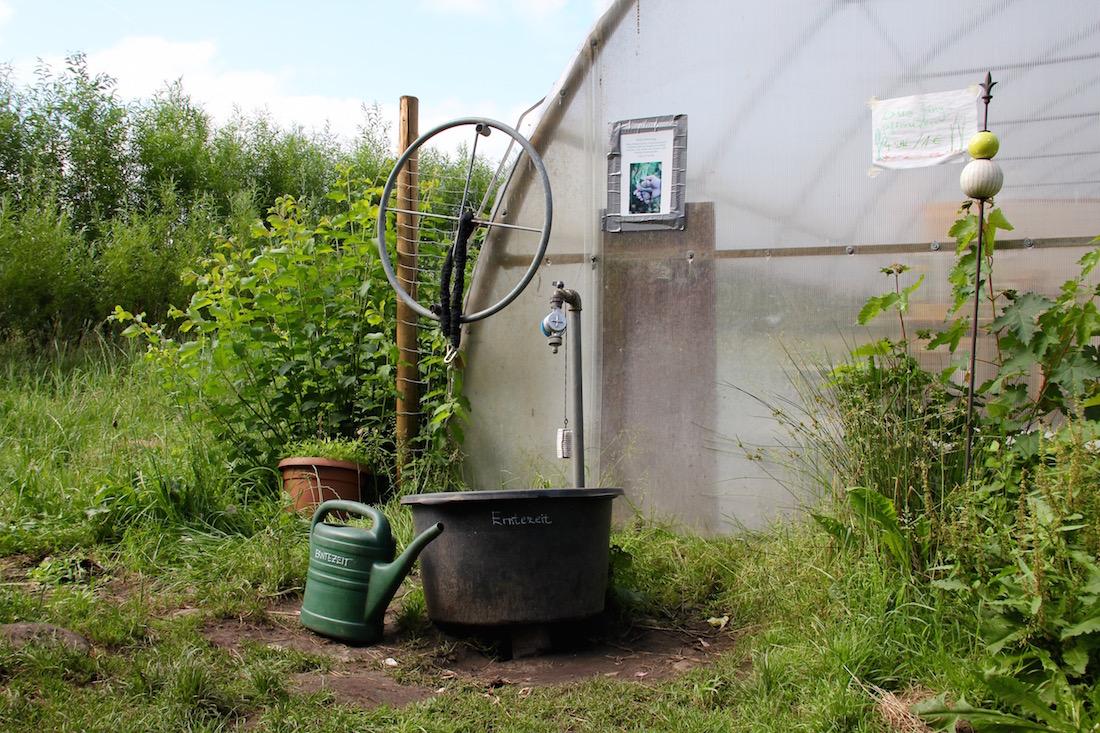 Wasseranschluss vor einem Folientunnel