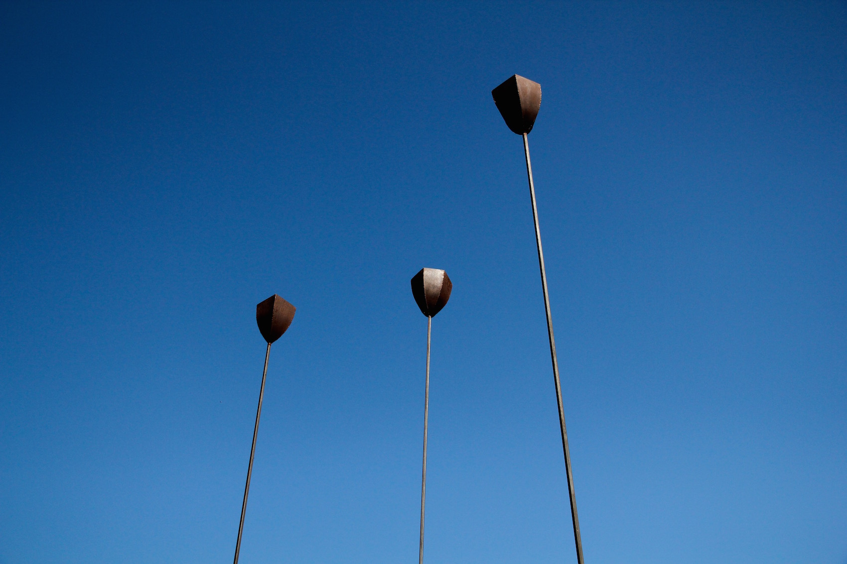 drei riesige stählerne Mohnblumen