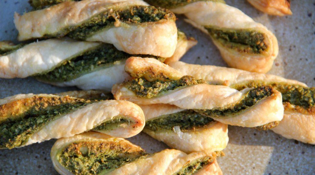 Blätterteigstangen mit grünem Pesto gebacken