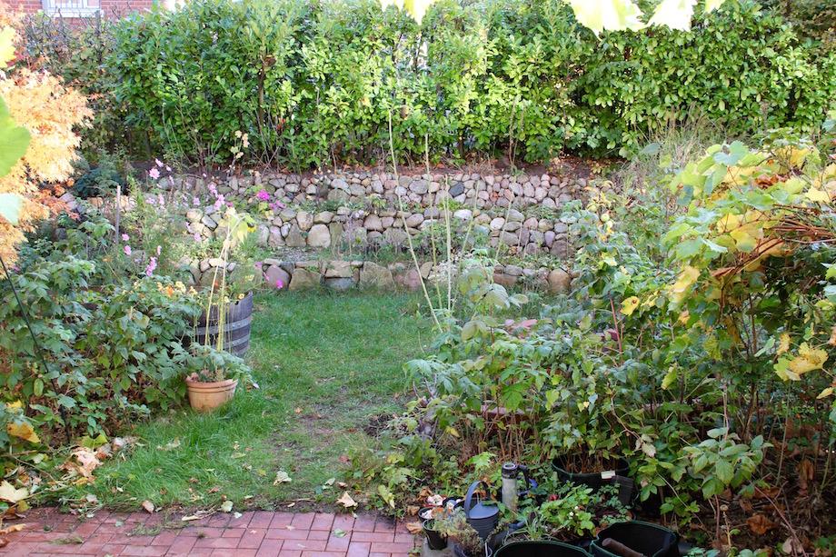 Blick in den Garten von der Terrasse aus