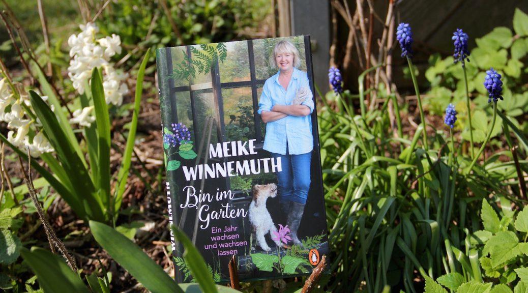 """Das Buch """"Bin im Garten"""" von Meike Winnemuth steht im Beet"""