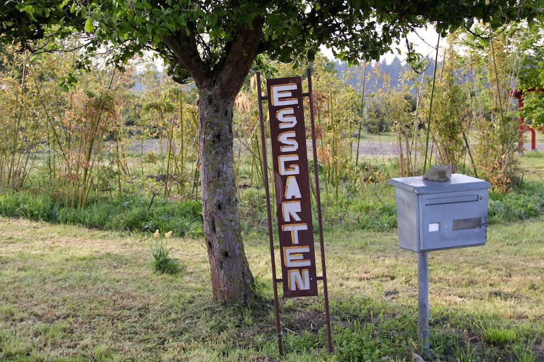 Das Essgarten-Eingangsschild steckt neben dem Briefkasten in der Erde