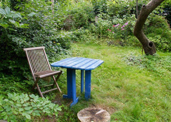 Tisch und Stuhl im Grünen