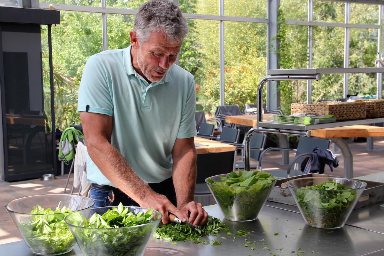 Frits Deemter schneidet Gemüse