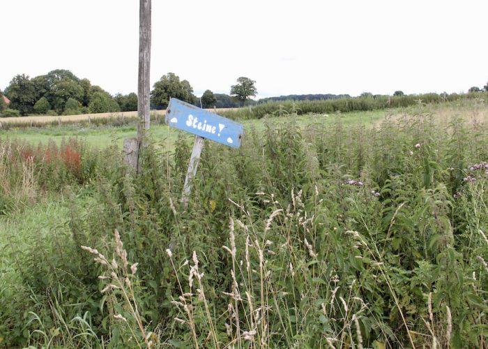 Schild, das den Platz für die Ackersteinsammlung anzeigt